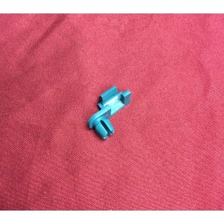Door latch and lock rod retaining clip